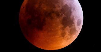 El fenómeno de la luna roja durante el eclipse de este lunes