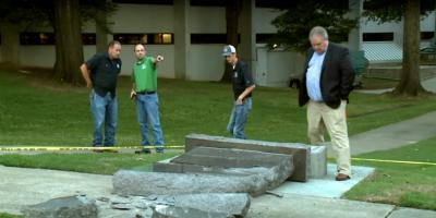 Un coche embiste un polémico monumento a los Diez Mandamientos en EEUU