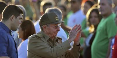 """Raúl Castro felicita a Maduro por comicios ejemplo de """"vocación democrática"""""""