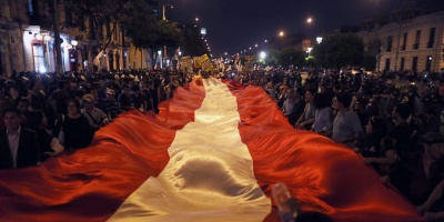 "Miles de peruanos llenan calles a grito de ""indulto a Fujimori es un insulto"""