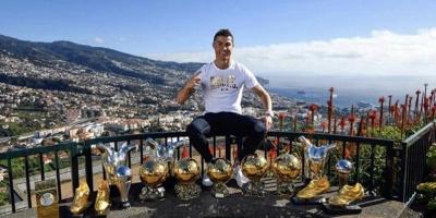 Ronaldo comenzó el año agradeciendo y junto a sus trofeos