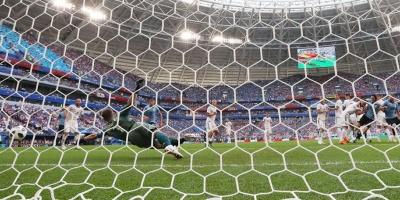 Uruguay golea a Rusia y gana invicto el Grupo A