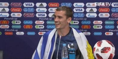 Griezmann, con la bandera de Uruguay al cuello