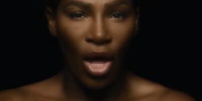 Serena canta en toples contra el cáncer de mama