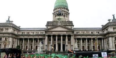 Movimientos feministas se manifiestan frente a Congreso argentino contra W20