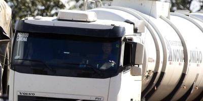 Transportistas de combustible realizan paro de 24 horas