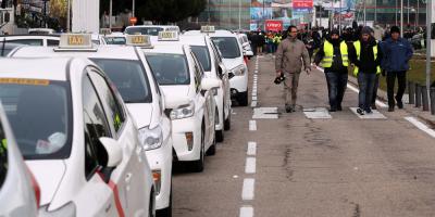 Taxistas de Barcelona y Madrid siguen su paro, pendientes de negociaciones