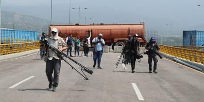 Denuncian bloqueo militar de puente por el que puede entrar ayuda a Venezuela
