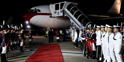 Falta de escalera demoró una hora bajada de los reyes del avión en Argentina