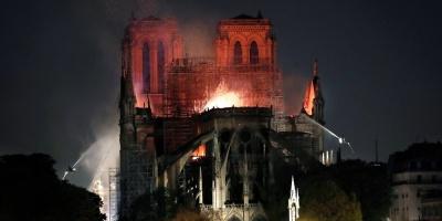 """Un """"Ave María"""" contra el espanto del fuego en Notre Dame"""