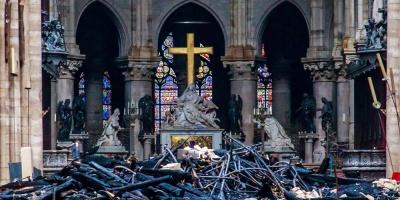 Mientras persisten dudas sobre el fuego que malhirió a Notre Dame, Macron dice que podría ser reconstruida en cinco años