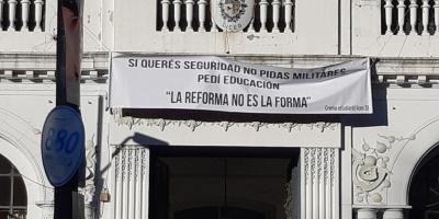 """Diputado cursa pedido de informes por cartel contra """"Vivir Sin Miedo"""" en la fachada de un liceo en Pocitos"""