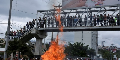 Manifestantes y policías se enfrentan en segundo día de protestas en Honduras