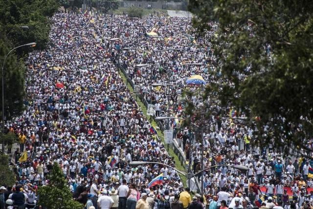 Mujeres opositoras y chavistas salieron a la calle en Caracas