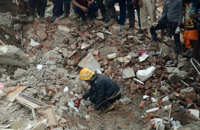 Derrumbe de edificio en India deja al menos 12 muertos