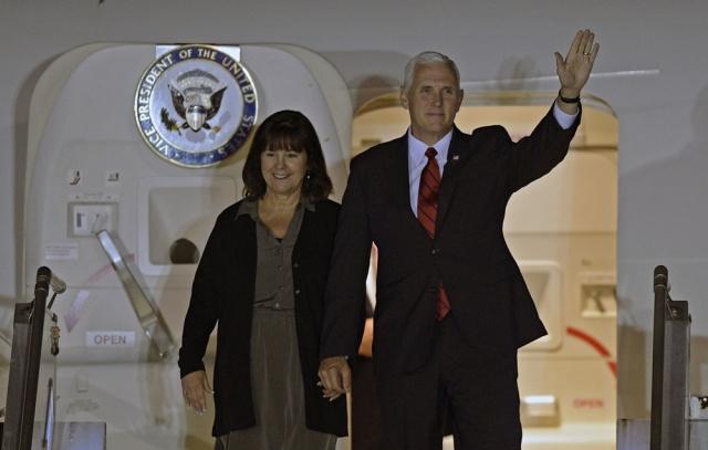 Queman bandera de EEUU y repudian visita de Pence en Chile