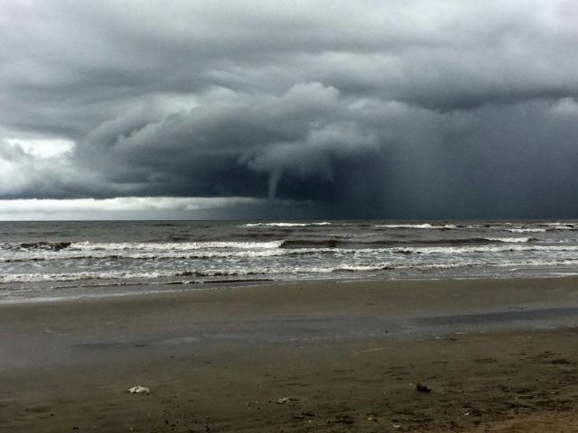 Tromba marina sorprendió a los transeúntes en la costa de Montevideo