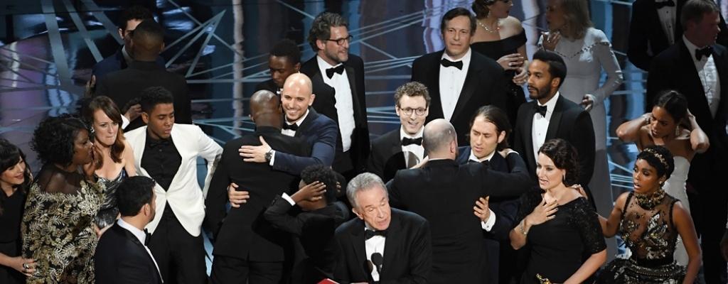 """""""Moonlight"""" gana el Óscar en un final caótico"""