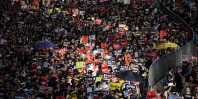 Manifestantes en Hong Kong desobedecen restricciones policiales por segundo día