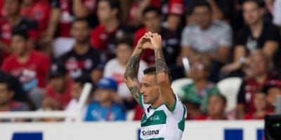 Uruguayo Lozano anota dos goles en triunfo de Santos, ratificado como líder