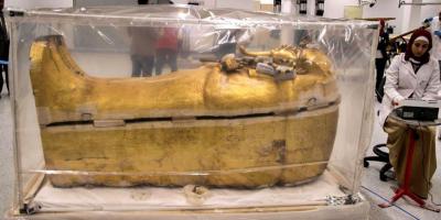 Cuidado extremo y paciencia para devolver el lustre al sarcófago de Tutankamón