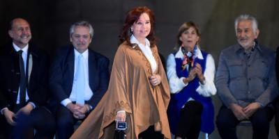 Cristina Fernández regresa al centro de la escena electoral en puja con Macri