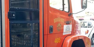 Bomberos rescatan a dos personas tras incendiarse su apartamento