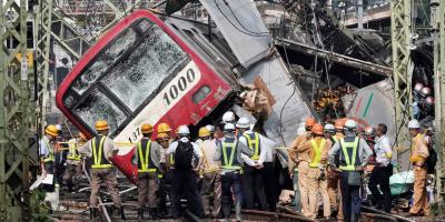 Un muerto y más de 30 heridos en Japón al chocar un tren con un camión