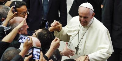 """El papa insta a jóvenes al """"imperioso desafío de proteger el medioambiente"""""""