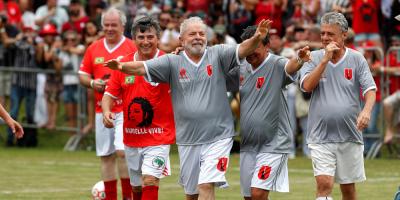 Lula jugó un partido de fútbol con aliados para celebrar su libertad