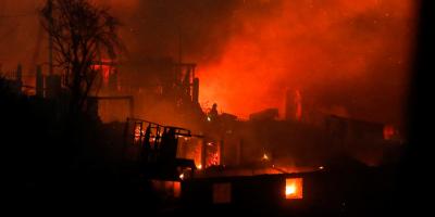 Incendio forestal alcanzó 50 viviendas en costera urbe chilena de Valparaíso