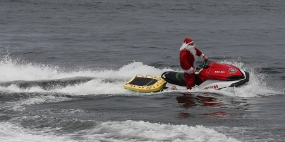 Papá Noel sustituyó el trineo por una moto acuática en Río de Janeiro