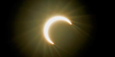 """Eclipse anular de Sol o """"anillo de fuego"""" atrae a miles de personas en Asia"""