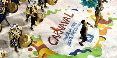 Desfile de Llamadas por la calle Isla de Flores