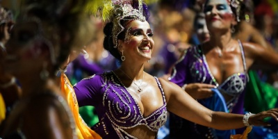 Color, percusión y baile exuberante en Desfile de Llamadas