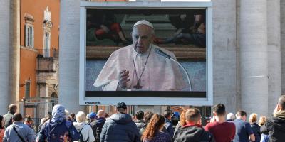"""El papa rezó el ángelus en """"streaming"""" en una plaza con baja afluencia"""