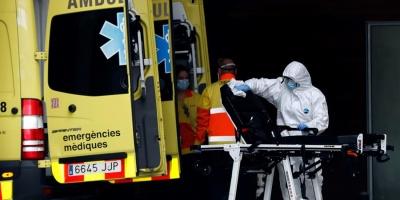 Hospitales desbordados y sanitarios agotados, imagen de la pandemia en España