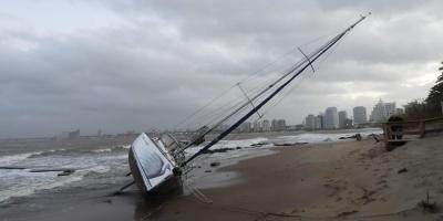 Velero encallado en Punta del Este por los fuertes vientos