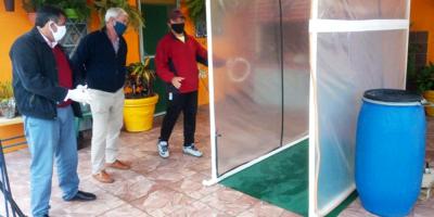 """Presentaron en San José un prototipo de túnel """"sanitizante"""" para la desinfección de personas y vehículos"""