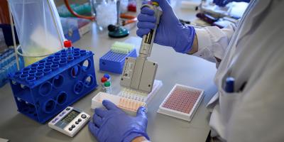 Expertos en Ginebra estudian nueva tecnología para vacunas contra la COVID-19