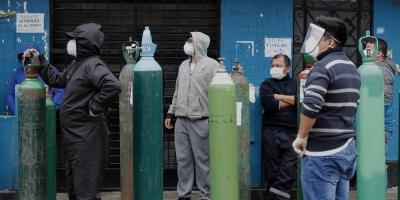 Largas colas y desesperación en Perú por comprar oxígeno a precio exorbitante