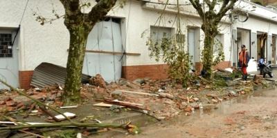 Centenares de árboles y cables caídos y unas siete voladuras de techos por tornado en Lascano