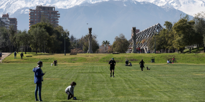 """Chile, a la espera de nuevos desconfinamientos, sigue registrando """"mejorías"""""""