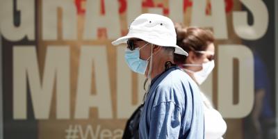 """Gobierno español urge a """"hacer lo que haga falta"""" para frenar covid en Madrid"""