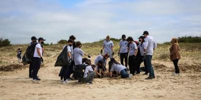 """La UE encabeza una limpieza de playas en Uruguay por """"una vida más amigable"""""""
