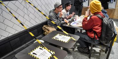 Suecia aplica más restricciones y limita reuniones públicas a 8 personas
