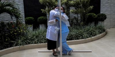 """Un hospital de Rio pone en marcha su """"hora del abrazo"""" a prueba de contagios"""