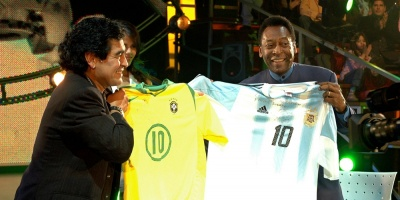 Pelé dice que algún día jugará en el cielo con su amigo Maradona
