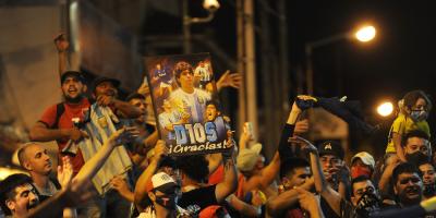 Un emotivo aplauso marcó el comienzo del adiós a Maradona