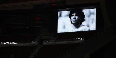 Las banderas del Camp Nou, a media asta por la muerte de Maradona
